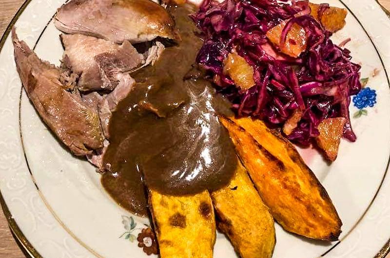 Juleand med rødkålssalat, sweet potato og brun sovs